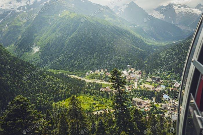Blick von Seilbahn Hütte In Den Bergen