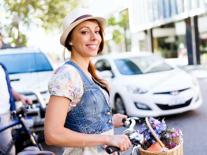 Schöne Frau Reiten auf dem Fahrrad
