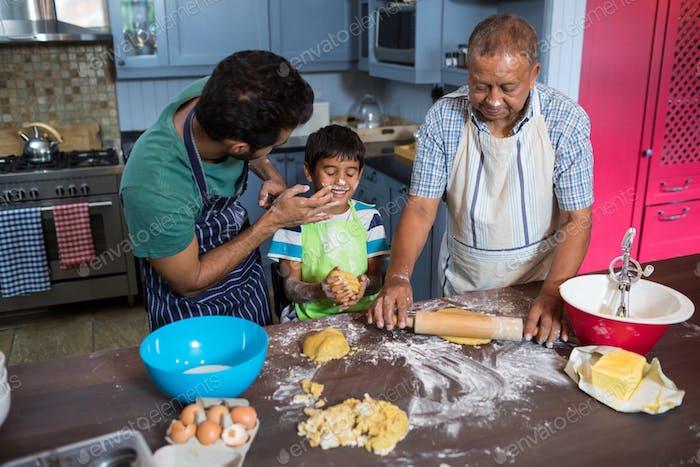 Hochwinkelansicht der verspielten Familie, die Essen zubereiten