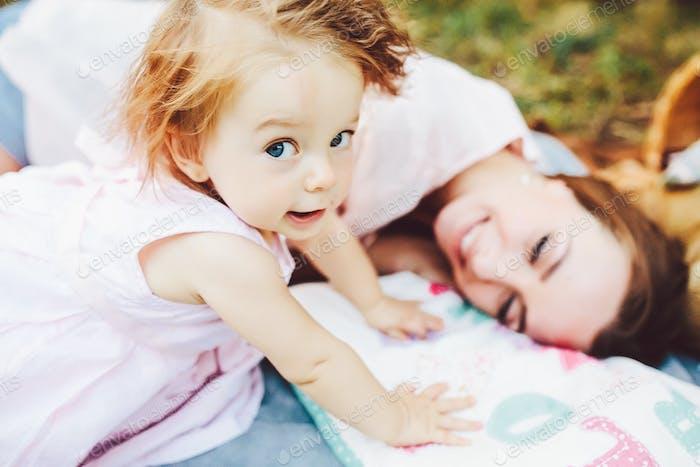 Junge schöne Frau mit ihrem Kind im freien