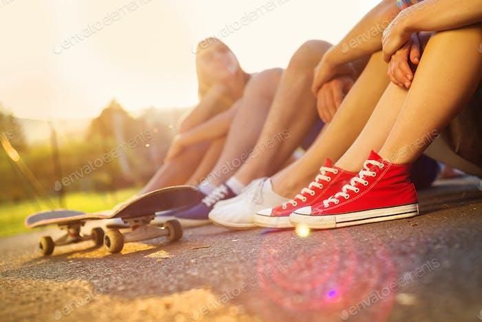 Молодые люди ноги с скейтборд