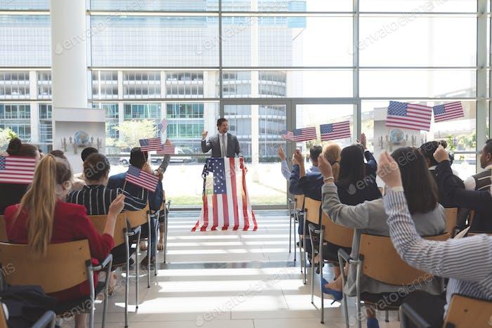 Vorderansicht der amerikanischen Geschäftsmann spricht in einem Business-Seminar im Bürogebäude