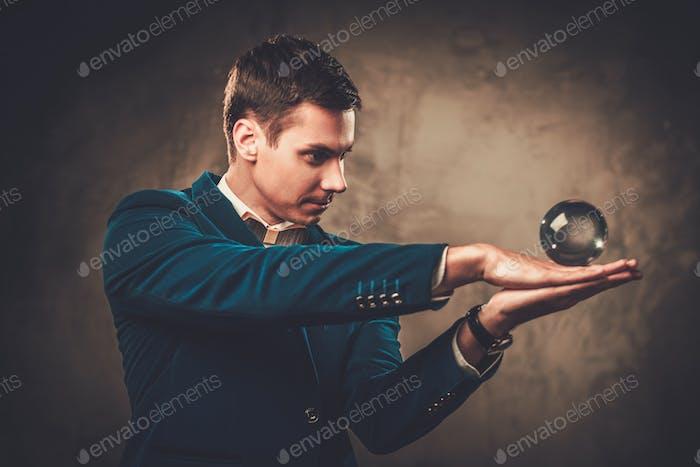 Junge Illusionist, die Tricks auf einer Bühne