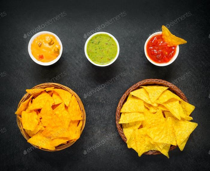 Nacho Chips mit Guacamole Dip in der Draufsicht