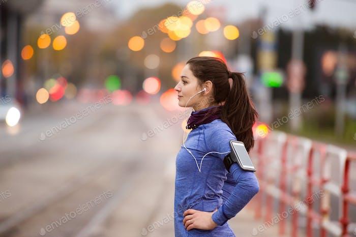 Junge Frau in blauem Sweatshirt Laufen in der Stadt