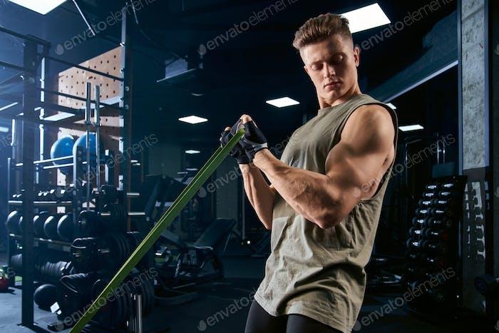Biceps de entrenamiento de culturista con banda de resistencia