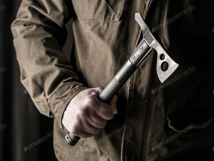 Mann hält einen taktischen Tomahawk