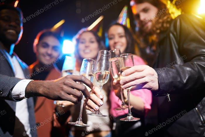 Voller Champagnerflöten in Händen von Freunden