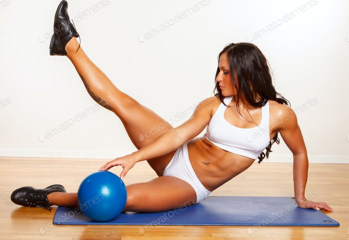 Тонкая спортивная брюнетка фитнес-девушка.