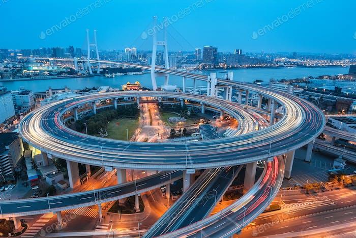 Shanghai Nanpu Brücke in der Dämmerung