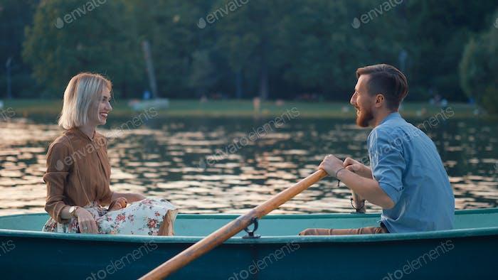 Joven pareja en un barco