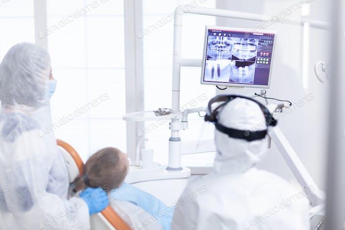 Kieferorthopäde analysiert digitale Radiographie