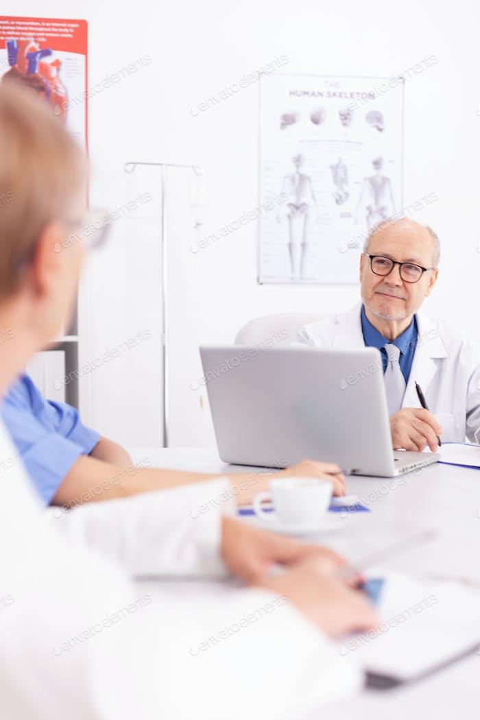 Medizinischer Experte im Gespräch mit medizinischem Personal