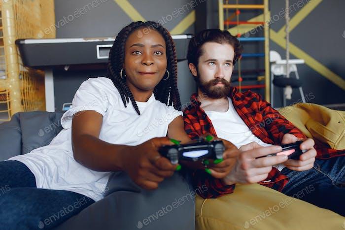 Internationales Paar spielen ein Video spiele