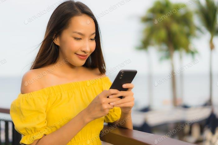 Schöne Porträt asiatische Frauen mit Handy oder Smartphone aroun