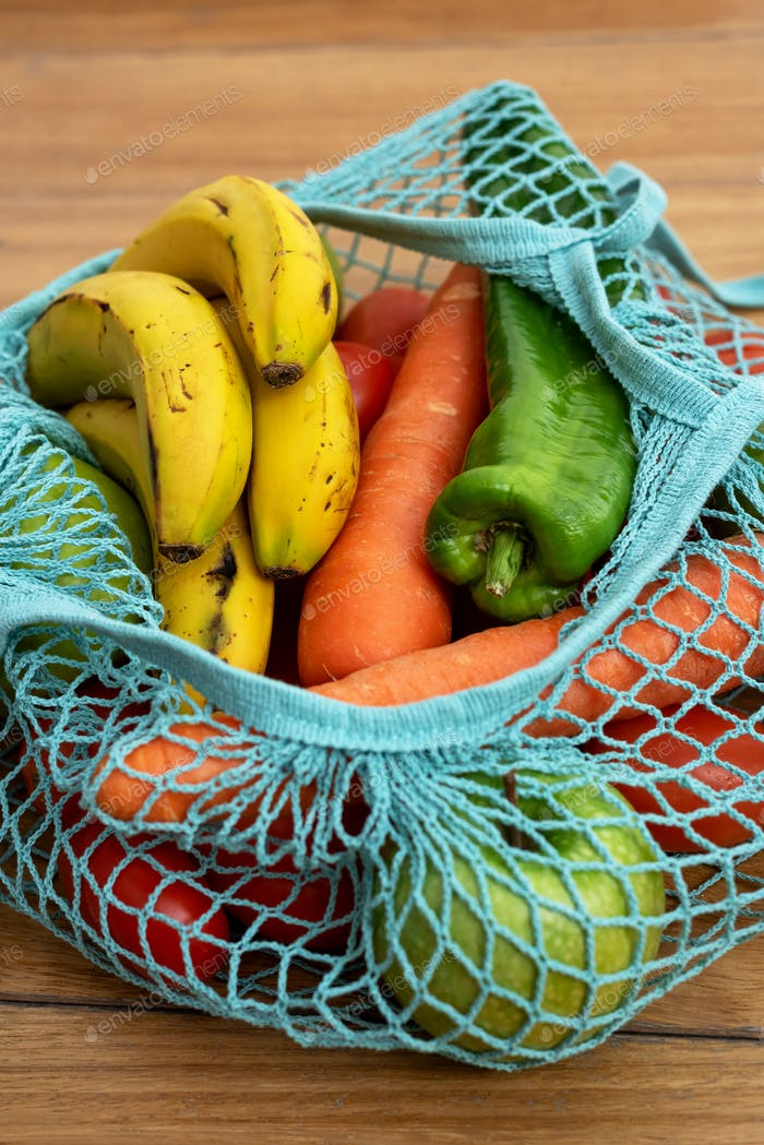 Baumwollschnur Eco Tasche mit Obst und Gemüse auf Holzhintergrund