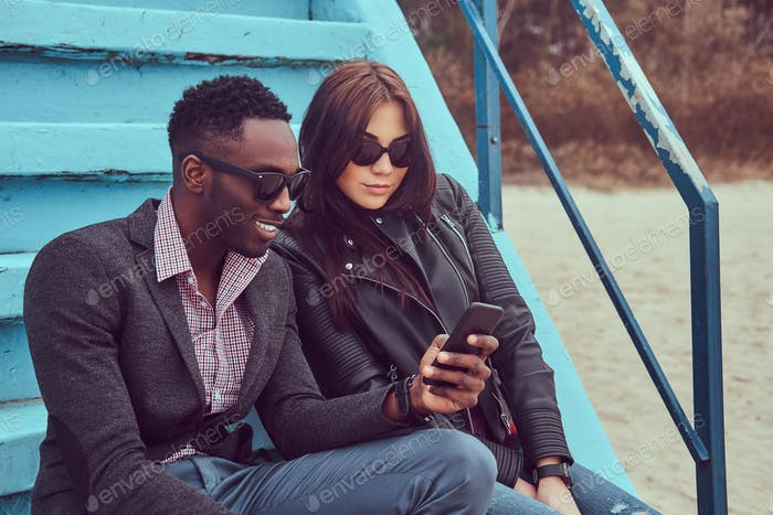 Attraktives Freundschaftspaar. Afroamerikaner Kerl und kaukasischen fem