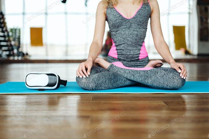 Junge schlanke blonde Frau in Yoga-Klasse