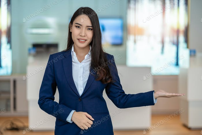 Азиатский прием приветствует клиента в автосалоне счетчик для обслуживания клиента