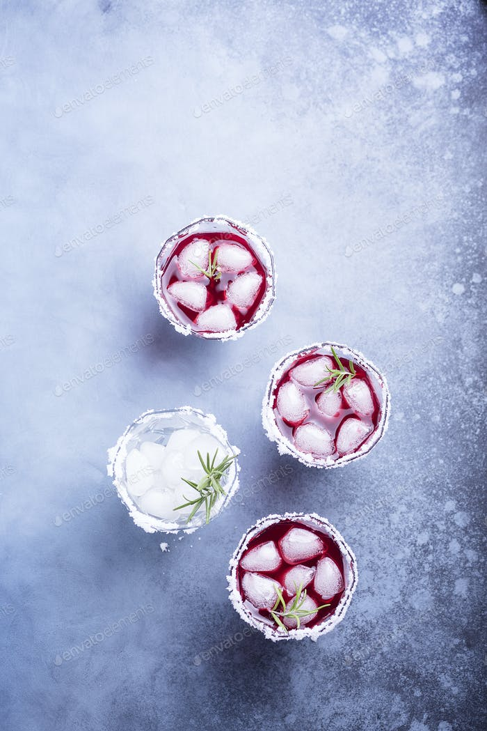 Roter Cocktail mit Eis