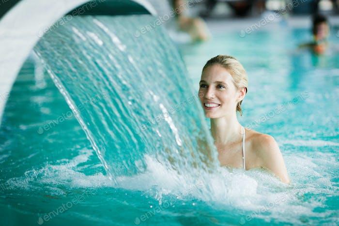 Frau genießen Hydrotherapie im Spa-Pool