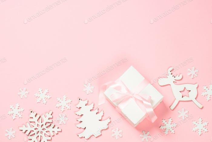 Weihnachten flach lag Hintergrund mit Weihnachtsgeschenk Box und Dekor auf rosa