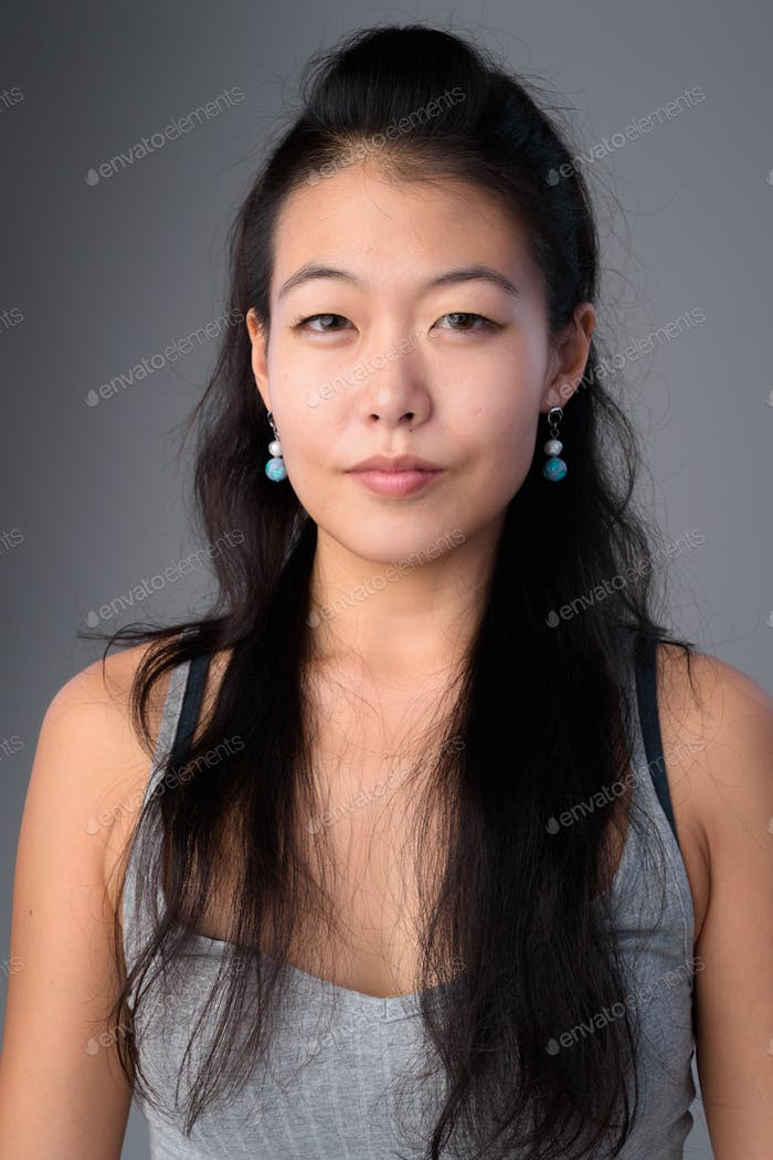 Gesicht der schönen asiatischen Frau Blick auf Kamera
