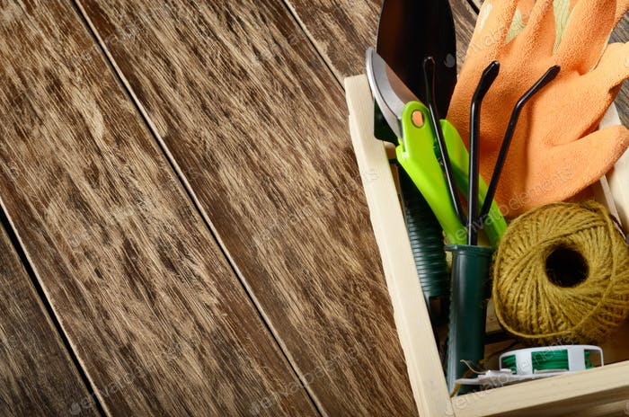 Gartenarbeit Pflanzwerkzeuge von Rechen Schaufel Drahtschneider und Handschuhe