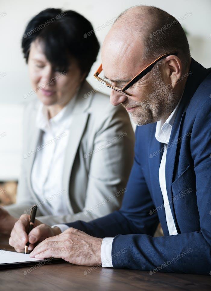 Verheiratete ältere Ehepaar Unterzeichnung Heiratsurkunde