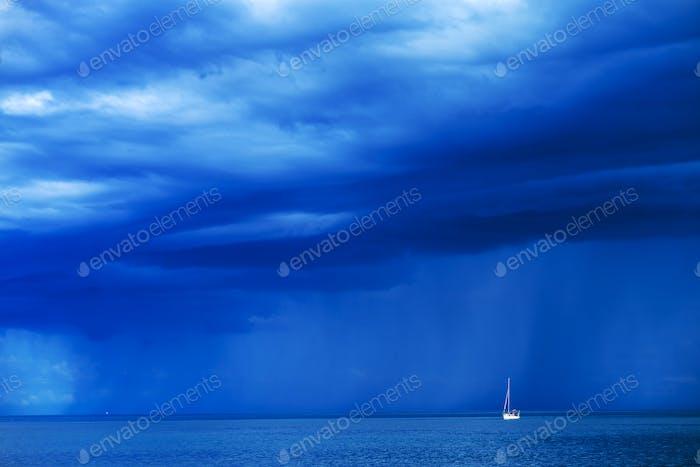 Segelboot am stürmischen Seehorizont
