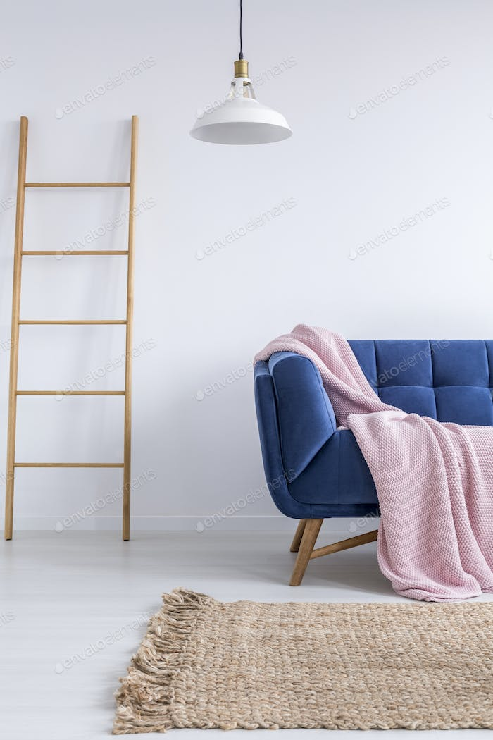 Trendiges Interieur mit blauem Sofa