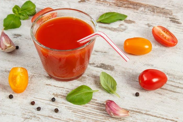 Tomatensaft und Gemüse mit Gewürzen, gesunde Ernährung