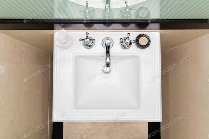 Lavabo moderno y elegante en el inodoro