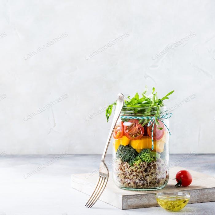 Salat im Glas mit Quinoa