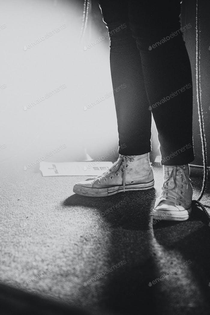 Músico de pie en el escenario
