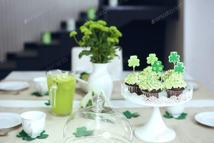 Tisch mit süßen Speisen am Saint Patrick's Day