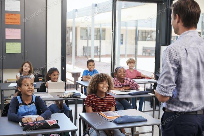 Lehrer vor der Grundschule, Rückansicht