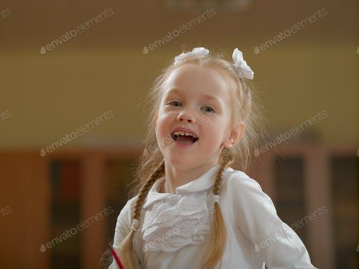 Kleines Mädchen in der Schulklasse bei der Lektion