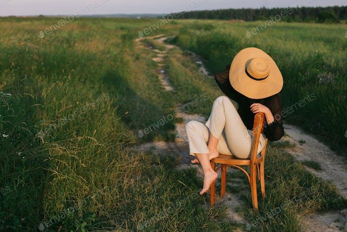 Modische junge Frau entspannt im Feld, ruhigen Moment