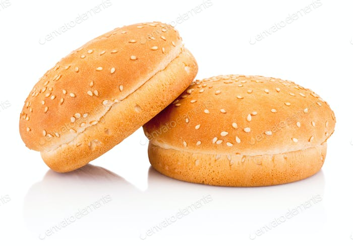 Zwei Hamburgerbrötchen mit Sesam isoliert auf weißem Hintergrund