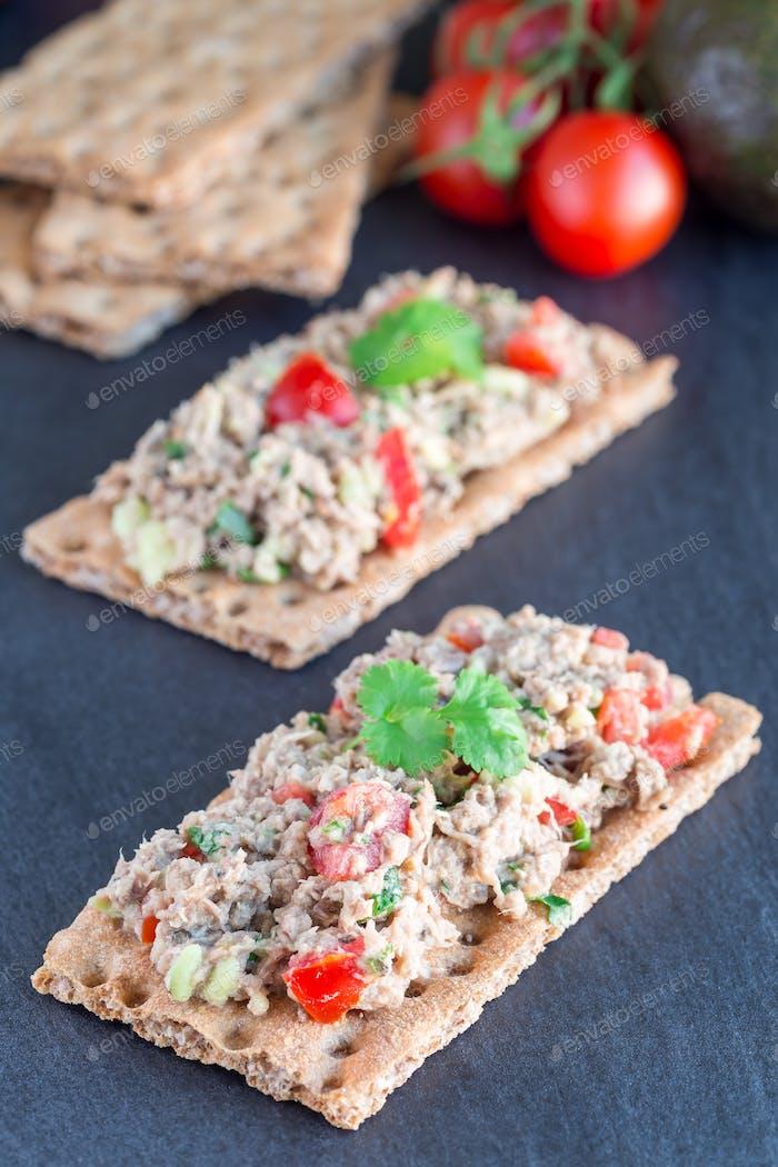 Salad with tuna, avocado, tomatos, coriander and lemon juice ser