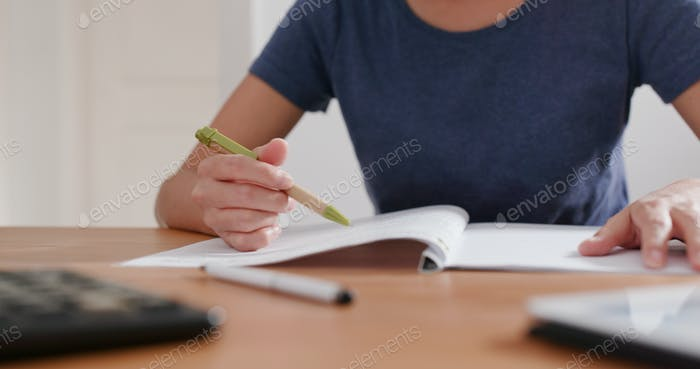 Frau Studie auf der Notiz zu Hause