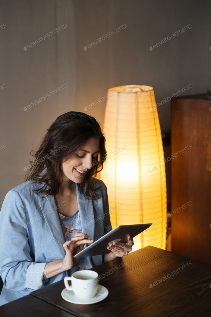 Glückliche Frau mit Tablet-Computer.
