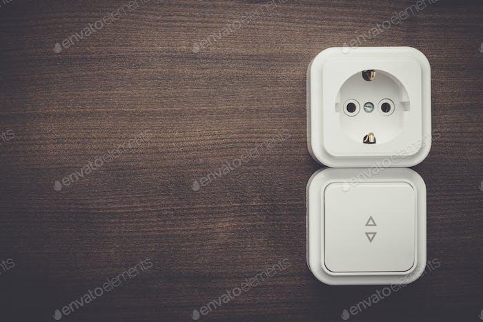 Schalter und Steckdose an der Wand