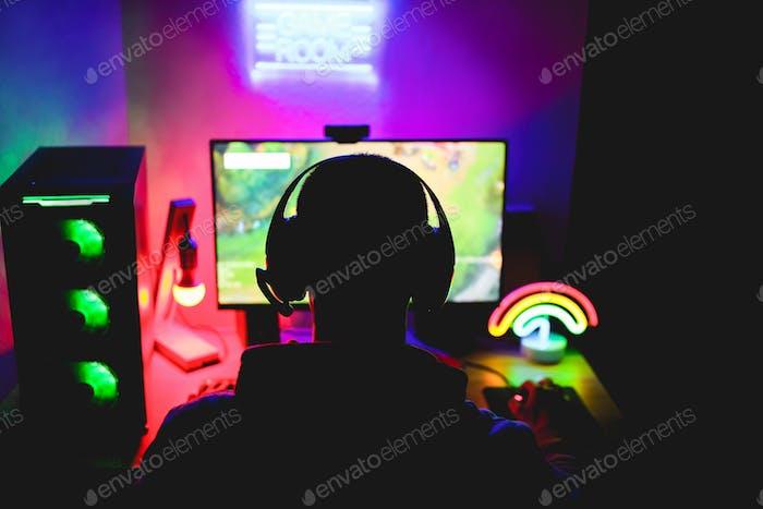 Streamer-Spieler spielt im Broadcast-Browser im Strategiespiel