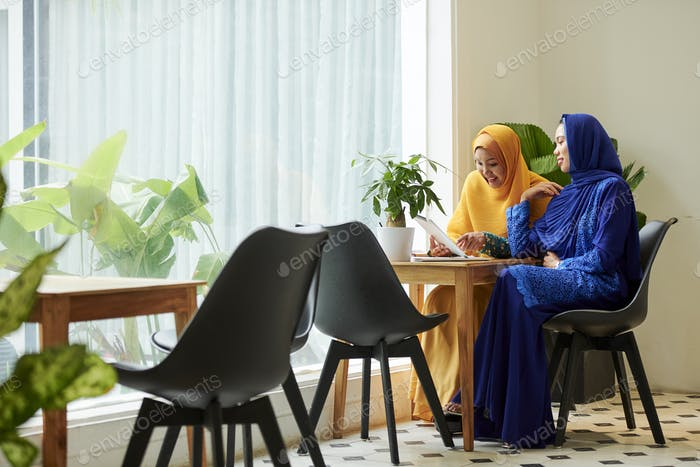 Muslim business women meeting in cafe
