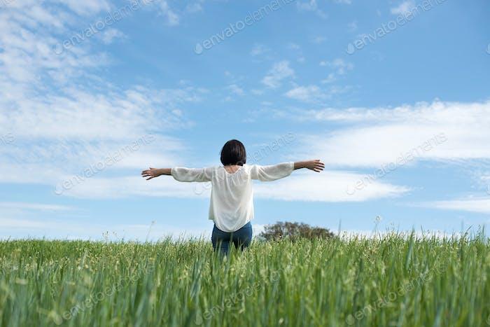 Frau im grünen Feld