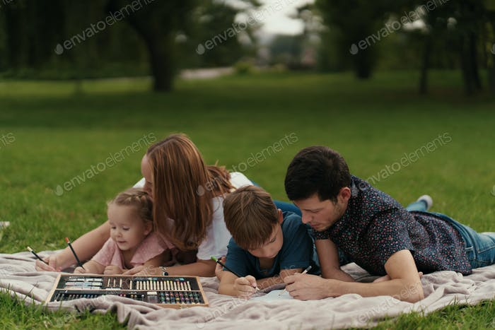 Belle famille passe du temps ensemble à l'extérieur