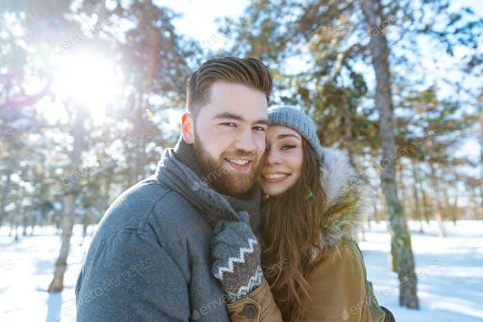 Glückliches Paar stehend im Winterpark