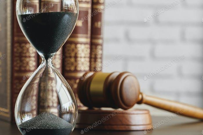 Court Konzept. Sanduhr und Richter Hammel auf Tisch